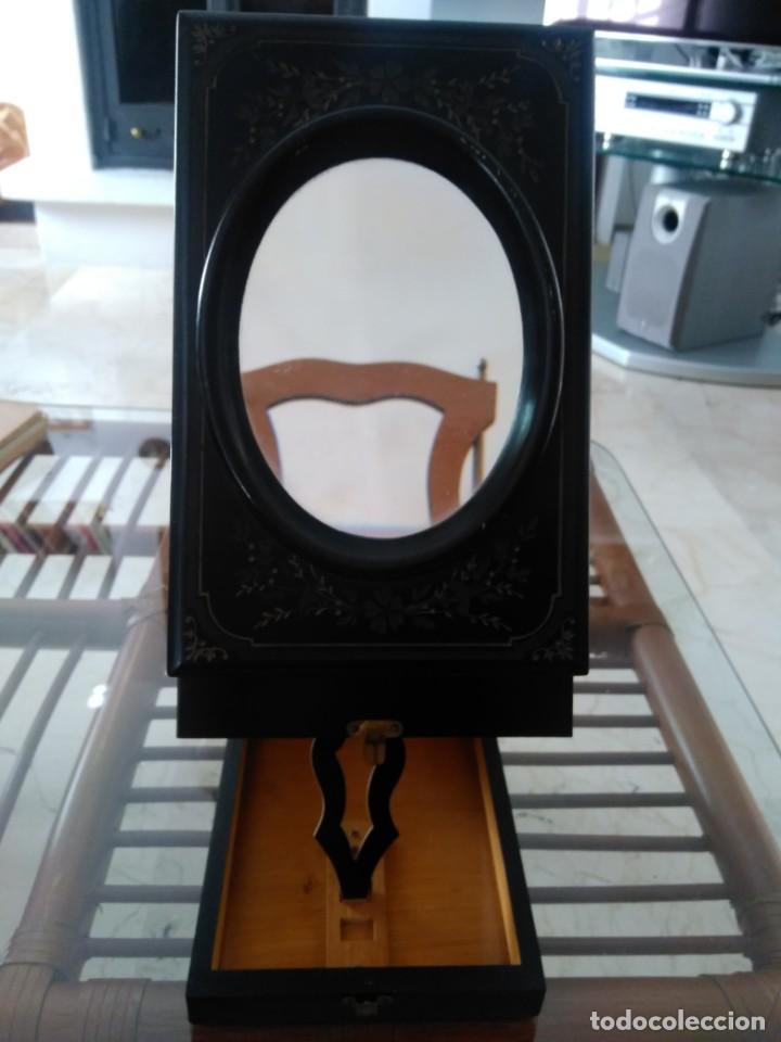 BONITA CAJA DE MADERA DECORADA CON LUPA. 22 X 14'5 CM. LASANTE. ÓPTICO. (Antigüedades - Técnicas - Instrumentos Ópticos - Lupas Antiguas)