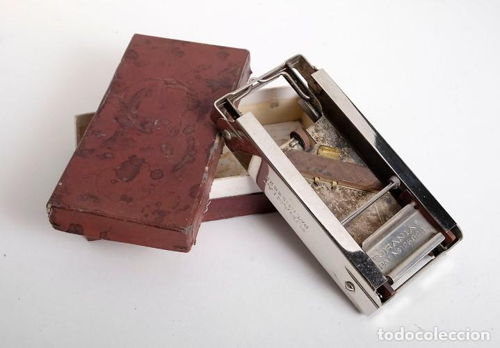 Antigüedades: Antigua máquina para afilar cuchillas de afeitar. URANIA. Patente 123822 - Foto 3 - 171150338
