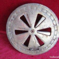 Antigüedades: MUY ANTIGUA MIRILLA DE PORTÓN EN HIERRO FUNDIDO MARCADA FABRICANTE, ACABADO BRONCE PRACTICABLE. Lote 171580512