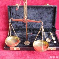 Antigüedades: BALANZA CON 5 PESAS PARA AZAFRÁN Y JOYERÍA MADE IN INDIA, PERFECTO ESTADO. Lote 180295406