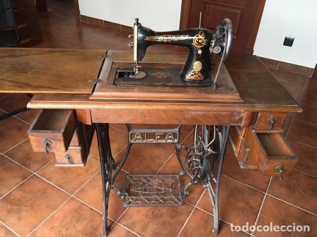 MAQUINA COSER ALFA DECORADA: DORADO, COLOR.TAPA MESA. AÑOS 1920 (Antigüedades - Técnicas - Máquinas de Coser Antiguas - Alfa)