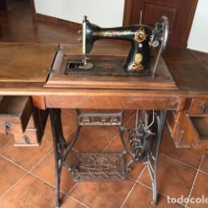 Antigüedades: MEJOR MAQUINA COSER ALFA (EIBAR) DECORADA: DORADO, COLOR.TAPA MESA. AÑOS 1920. Lote 171613312