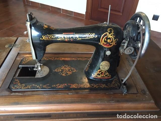 Antigüedades: MAQUINA COSER ALFA DECORADA: DORADO, COLOR.TAPA MESA. AÑOS 1920 - Foto 3 - 171613312