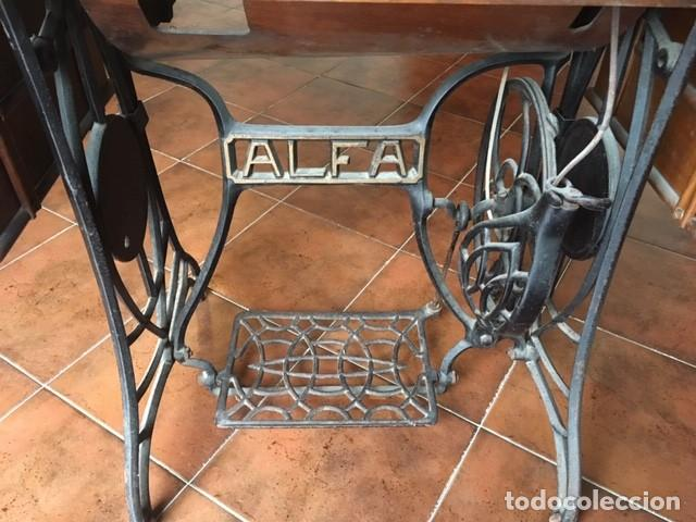 Antigüedades: MAQUINA COSER ALFA DECORADA: DORADO, COLOR.TAPA MESA. AÑOS 1920 - Foto 5 - 171613312