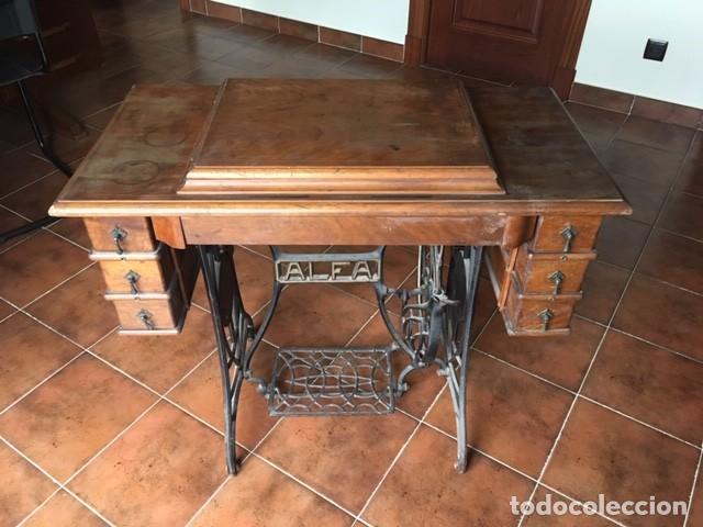 Antigüedades: MAQUINA COSER ALFA DECORADA: DORADO, COLOR.TAPA MESA. AÑOS 1920 - Foto 2 - 171613312
