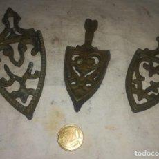 Antigüedades: 3 SOPORTES DE BRONCE EN MINIATURA, ANTIGUOS . Lote 171619255