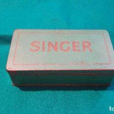 Antigüedades: CAJA METAL SINGER CON COMPLEMENTOS. Lote 172023384
