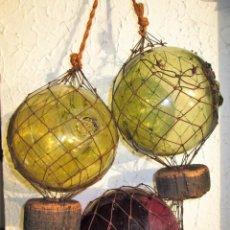 Antigüedades: JUEGO DE 3 BOYAS NAUTICAS CON RED MARINA Y CORCHOS ORIGINALES PARA COLGAR. Lote 172035898