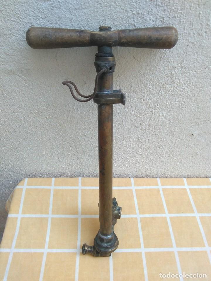 ANTIGUA BOMBA DE AIRE DE COCHE (CREO).DE LATON (Antigüedades - Técnicas - Herramientas Profesionales - Mecánica)