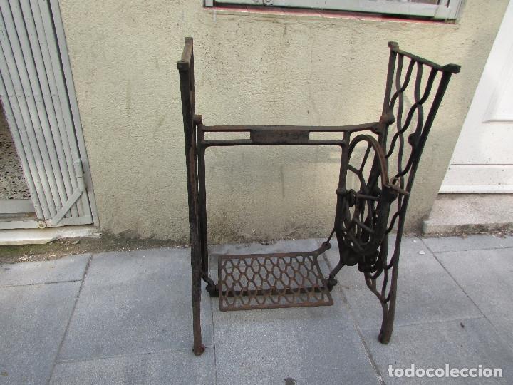 Antigüedades: Pie SINGER de máquina de coser. Año 1920/30. Completo. Funciona. Rueda grande - Foto 7 - 172129173