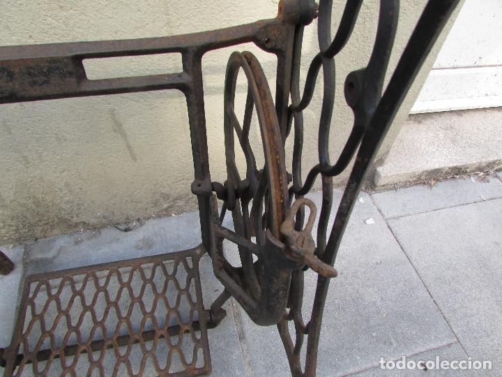 Antigüedades: Pie SINGER de máquina de coser. Año 1920/30. Completo. Funciona. Rueda grande - Foto 2 - 172129173