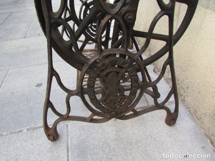 Antigüedades: Pie SINGER de máquina de coser. Año 1920/30. Completo. Funciona. Rueda grande - Foto 5 - 172129173