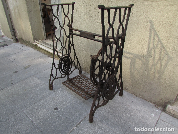 Antigüedades: Pie SINGER de máquina de coser. Año 1920/30. Completo. Funciona. Rueda grande - Foto 3 - 172129173