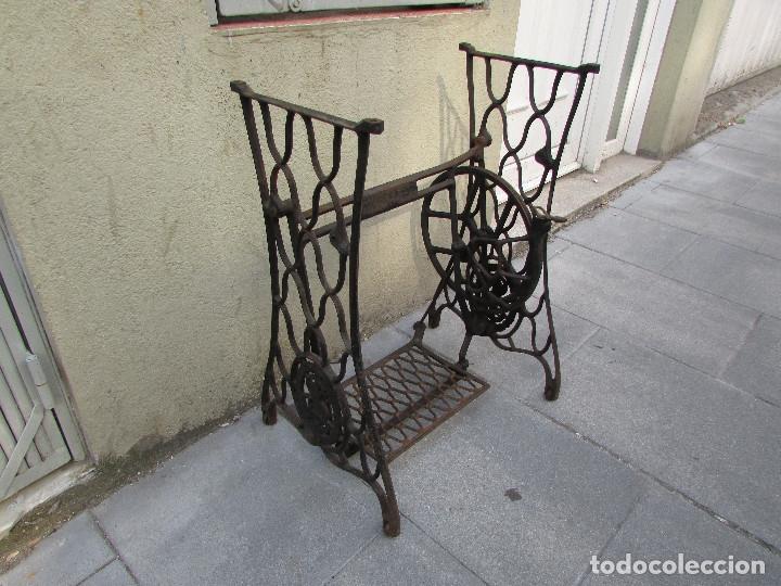 Antigüedades: Pie SINGER de máquina de coser. Año 1920/30. Completo. Funciona. Rueda grande - Foto 6 - 172129173