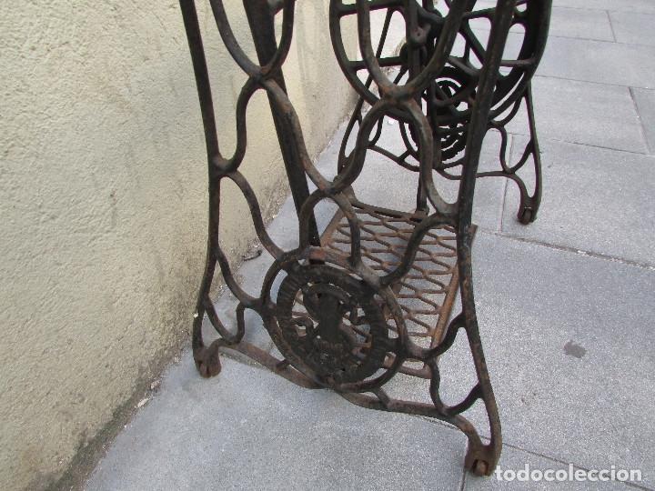 Antigüedades: Pie SINGER de máquina de coser. Año 1920/30. Completo. Funciona. Rueda grande - Foto 8 - 172129173