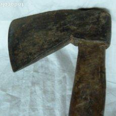 Antigüedades: ANTIGUO HACHA DE MANGO LARGO. Lote 172184514
