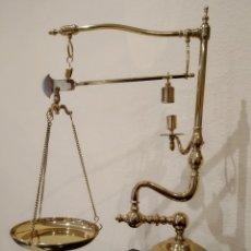 Antigüedades: BALANZA ROMANA DE UN BRAZO EN BRONCE CON BASE DE MADERA. Lote 172301423