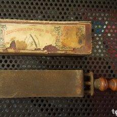 Antigüedades: ANTIGUO AFILADOR / REPASADOR / SUAVIZADOR DE NAVAJAS DE BARBERO - CORREA DE ASENTADOR - CON ESTUCHE. Lote 172403148