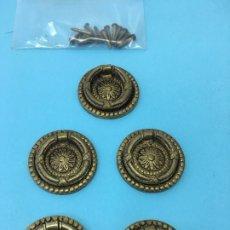 Antigüedades: 5 PEQUEÑOS TIRADORES DE BRONCE, REDONDOS CON ASA, 3,50 CMS. DE BASE. Lote 172413339