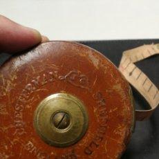 Antigüedades: ANTIGUA CINTA METRICA DE 10 METROS CHESTERMAN. SHEFFIELD. ENGLAND. SIGLO XX, PIEL Y BRONCE. Lote 172883810