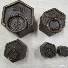 Antigüedades: LOTE 5 PESAS PONDERALES HIERRO, DIVERSOS LOGOS, EMPLOMADAS, RESELLOS CONTROL 2-1-1/2-1/4KG, 100GR *. Lote 172917954