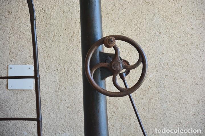 Antigüedades: Gigante báscula industrial Arisó en hierro y bronce - Hijos de Arisó - Barcelona, 1918, balanza - Foto 9 - 173414284