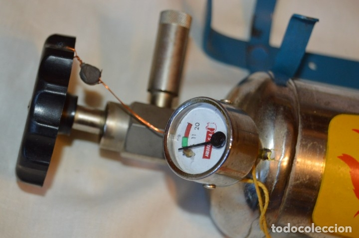 Antigüedades: S.O.S. AREO-FEU, S.A. EXTINTORES - Antiguo extintor, en muy buen estado físico - Años 60 - ¡Mira! - Foto 4 - 173868264