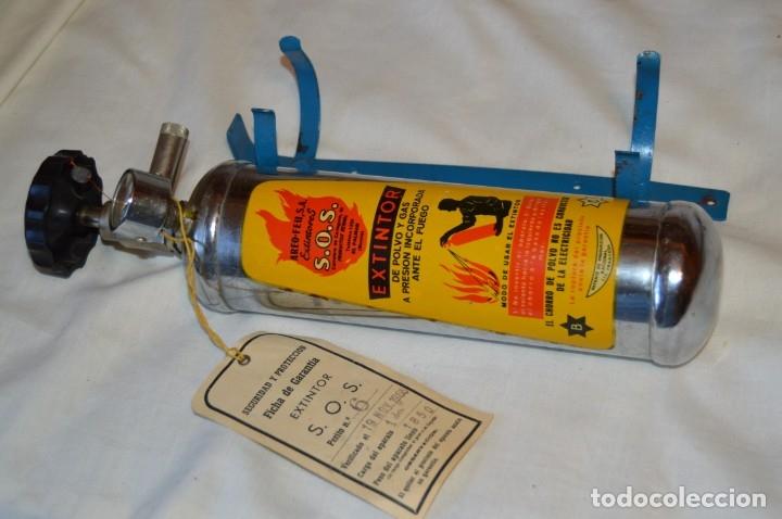 Antigüedades: S.O.S. AREO-FEU, S.A. EXTINTORES - Antiguo extintor, en muy buen estado físico - Años 60 - ¡Mira! - Foto 5 - 173868264