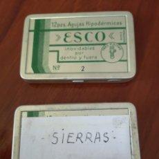 Antigüedades: DOS CAJITAS METÁLICAS CON AGUJAS HIPODERMICAS ESCO Nº 2 Y SIERRAS ANTIGUAS. Lote 173914252