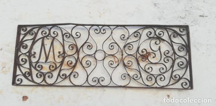 REJA ANTIGUA DE TRAGALUZ DE PUERTA CON INICIALES M Y G (Antigüedades - Técnicas - Cerrajería y Forja - Forjas Antiguas)