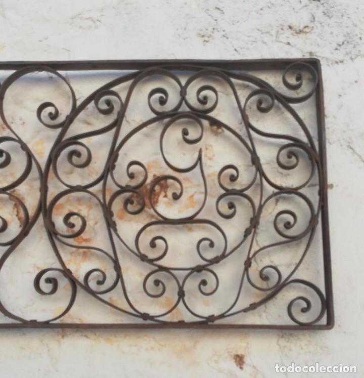 Antigüedades: REJA ANTIGUA DE TRAGALUZ DE PUERTA CON INICIALES M Y G - Foto 4 - 173979697