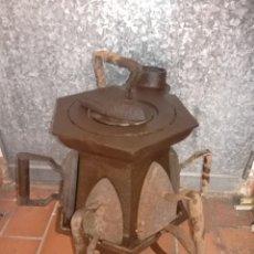 Antigüedades: CALENTADOR O CALIENTA PLANCHAS ANTIGUO DE CARBON CON 7 PLANCHAS.. Lote 173987924