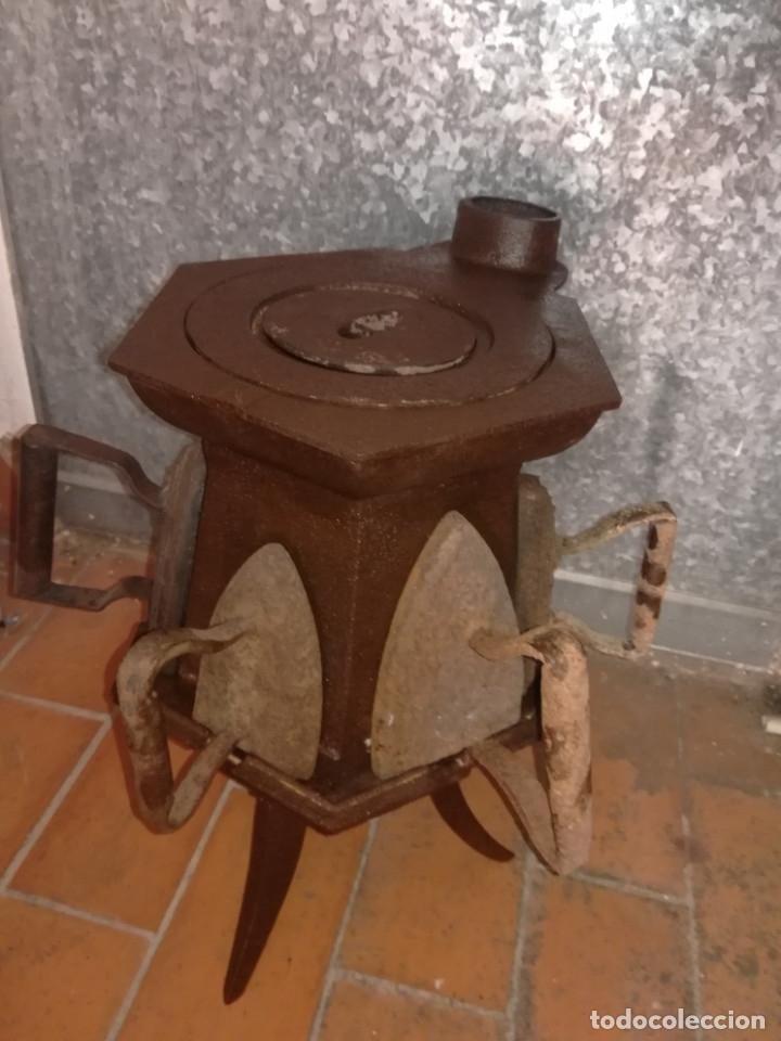 Antigüedades: CALENTADOR O CALIENTA PLANCHAS ANTIGUO DE CARBON CON 7 PLANCHAS. - Foto 2 - 173987924