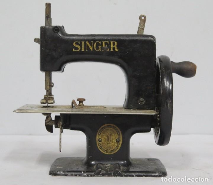 ANTIGUA MAQUINA DE COSE SINGER. MINIATURA (Antigüedades - Técnicas - Máquinas de Coser Antiguas - Singer)
