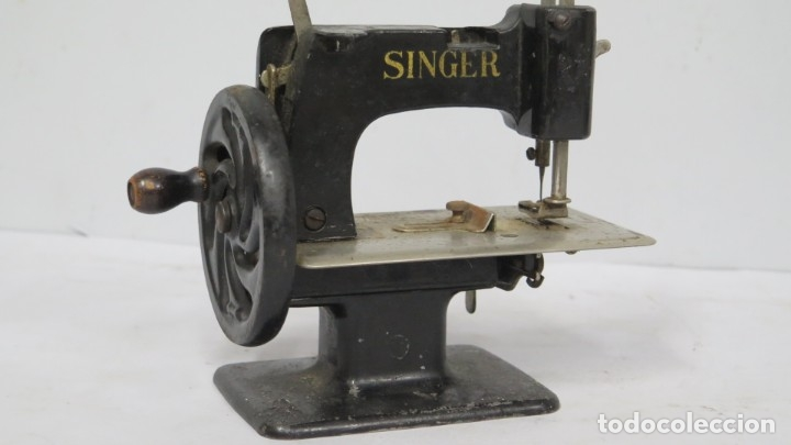 Antigüedades: ANTIGUA MAQUINA DE COSE SINGER. MINIATURA - Foto 3 - 174131519