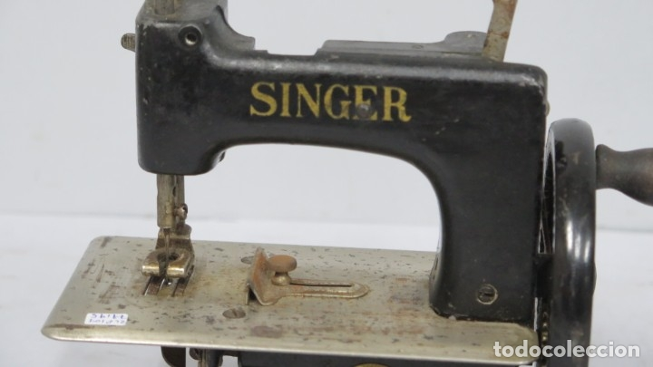 Antigüedades: ANTIGUA MAQUINA DE COSE SINGER. MINIATURA - Foto 4 - 174131519