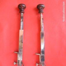 Antigüedades: MÀQUINAS DE BORDAR MANUALES ( LOTE DE 2 ). AÑOS 20. FUNCIONAN.. Lote 174484639