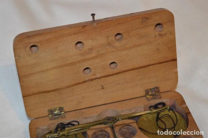 Antigüedades: Pequeña BALANZA de joyero, muy antigua, para metales, pesas en ONZAS ¡Mira fotografías y detalles! - Foto 3 - 174517475