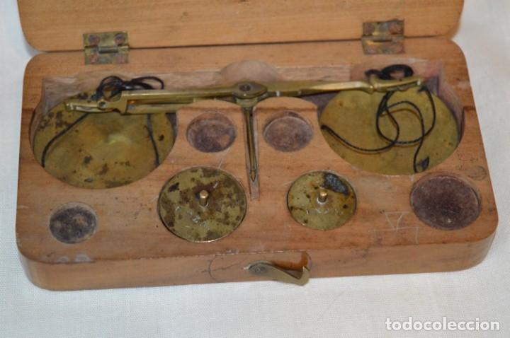 Antigüedades: Pequeña BALANZA de joyero, muy antigua, para metales, pesas en ONZAS ¡Mira fotografías y detalles! - Foto 2 - 174517475