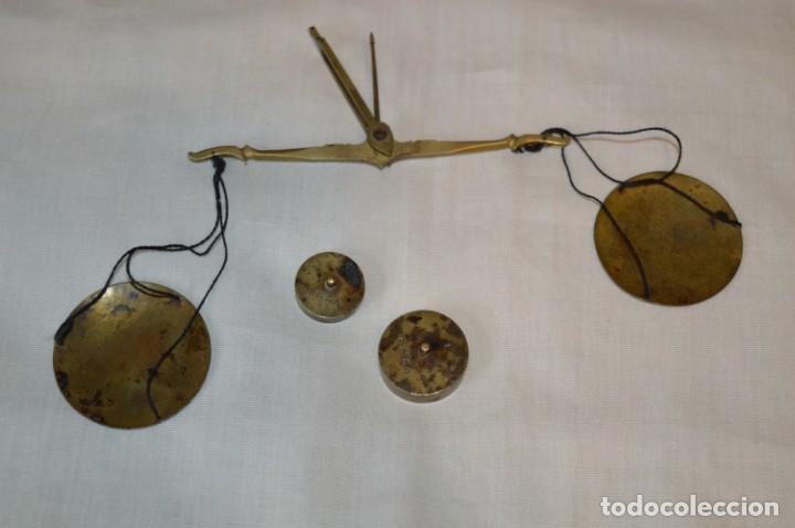 Antigüedades: Pequeña BALANZA de joyero, muy antigua, para metales, pesas en ONZAS ¡Mira fotografías y detalles! - Foto 5 - 174517475