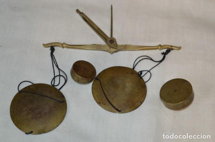 Antigüedades: Pequeña BALANZA de joyero, muy antigua, para metales, pesas en ONZAS ¡Mira fotografías y detalles! - Foto 6 - 174517475