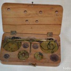 Antigüedades: PEQUEÑA BALANZA DE JOYERO, MUY ANTIGUA, PARA METALES, PESAS EN ONZAS ¡MIRA FOTOGRAFÍAS Y DETALLES!. Lote 174517475