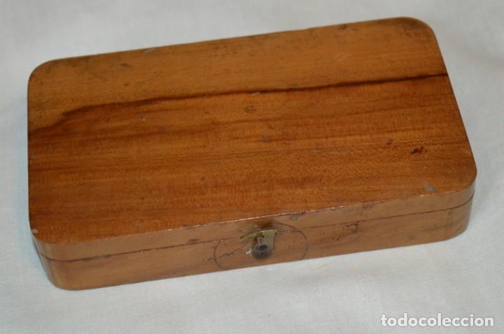 Antigüedades: Pequeña BALANZA de joyero, muy antigua, para metales, pesas en ONZAS ¡Mira fotografías y detalles! - Foto 11 - 174517475