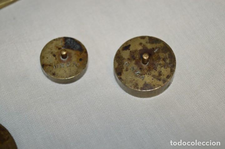 Antigüedades: Pequeña BALANZA de joyero, muy antigua, para metales, pesas en ONZAS ¡Mira fotografías y detalles! - Foto 9 - 174517475