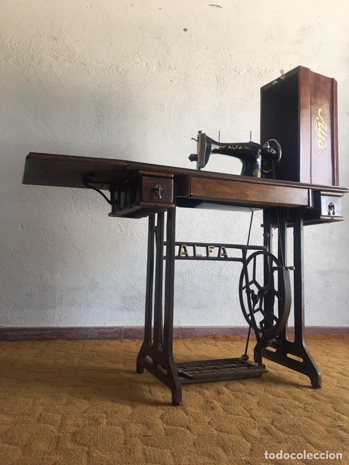 Antigüedades: Maquina de coser marca Alfa de Eibar con su mesa, pedal y tapa con llave - Foto 2 - 174937980