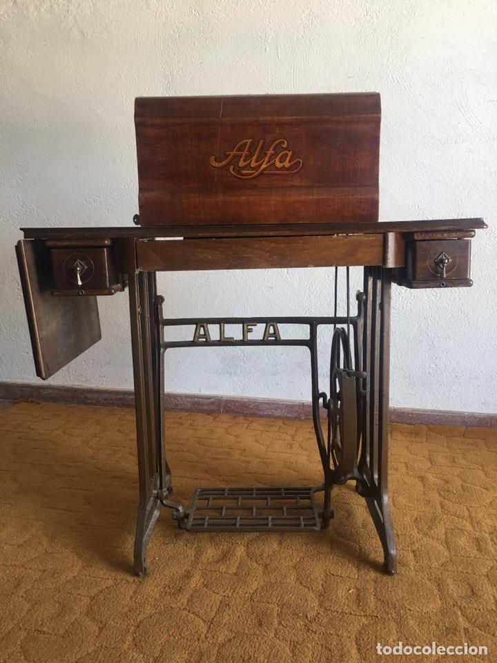 Antigüedades: Maquina de coser marca Alfa de Eibar con su mesa, pedal y tapa con llave - Foto 3 - 174937980