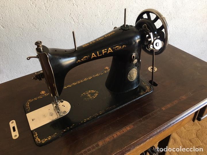 Antigüedades: Maquina de coser marca Alfa de Eibar con su mesa, pedal y tapa con llave - Foto 4 - 174937980