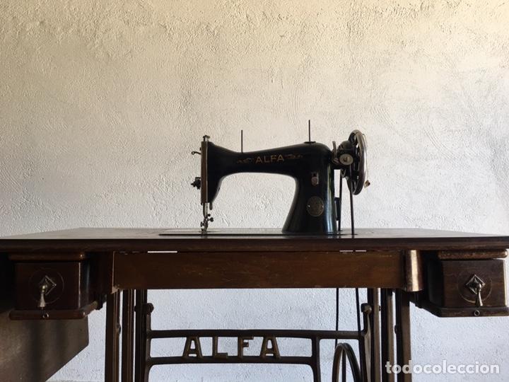 Antigüedades: Maquina de coser marca Alfa de Eibar con su mesa, pedal y tapa con llave - Foto 5 - 174937980