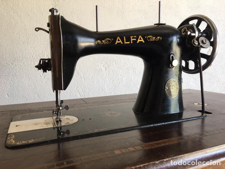 Antigüedades: Maquina de coser marca Alfa de Eibar con su mesa, pedal y tapa con llave - Foto 6 - 174937980
