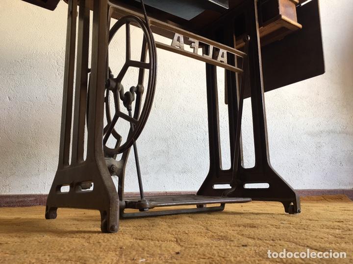Antigüedades: Maquina de coser marca Alfa de Eibar con su mesa, pedal y tapa con llave - Foto 9 - 174937980